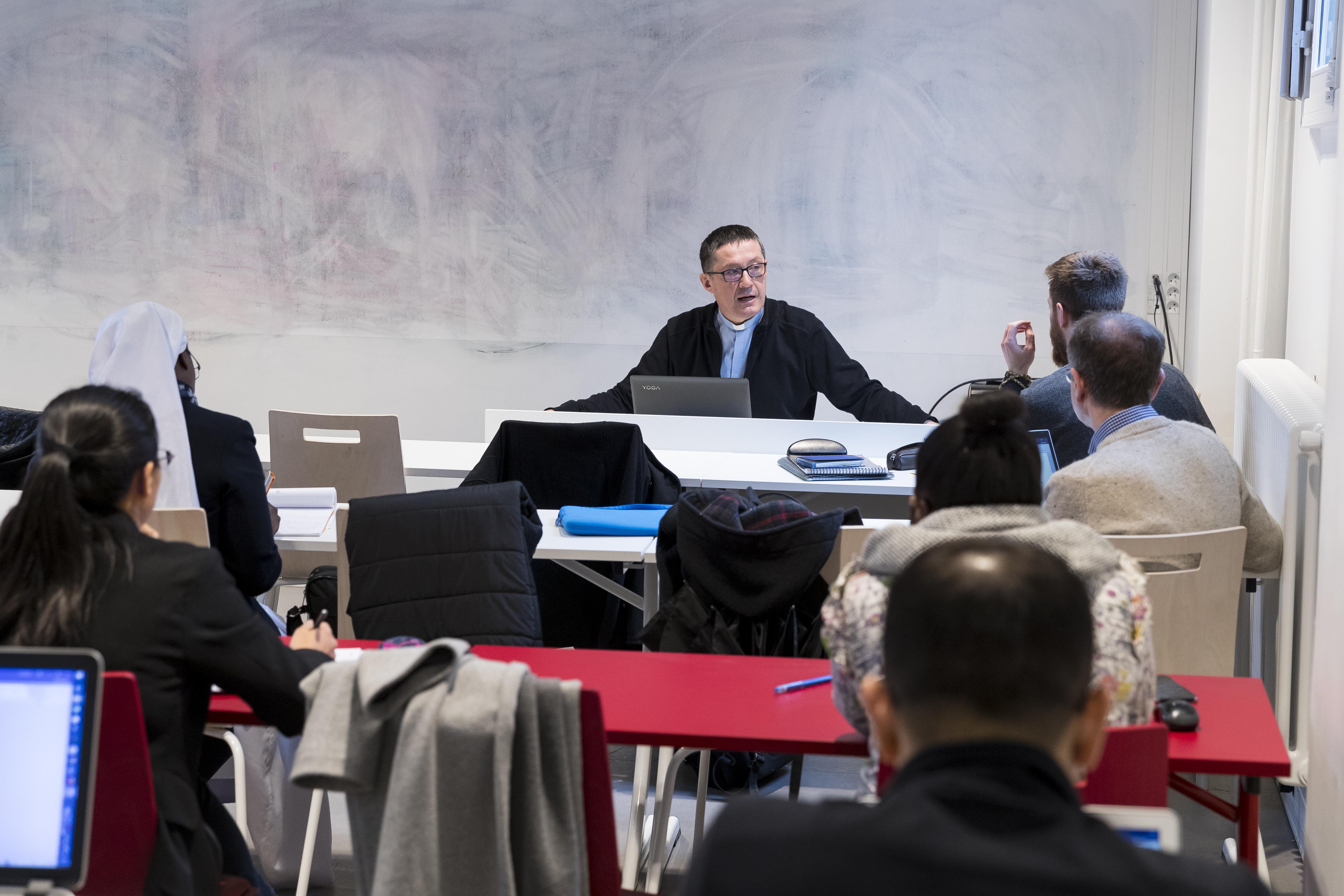 Cours de théologie avec le père Gilles Drouin à l'Institut catholique de Paris.