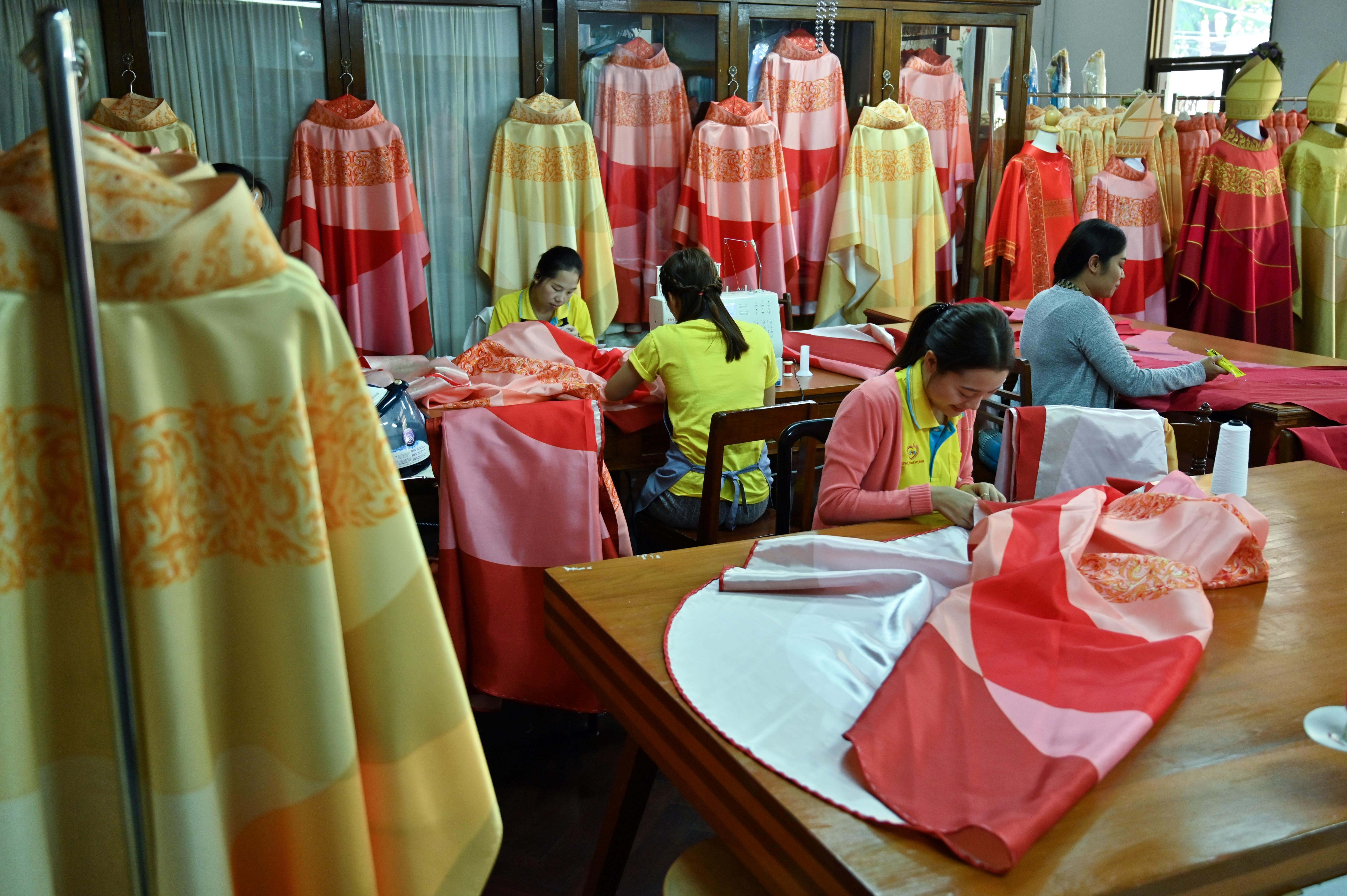 web2-pope-thailande-couture-afp-000_1m63l3.jpg