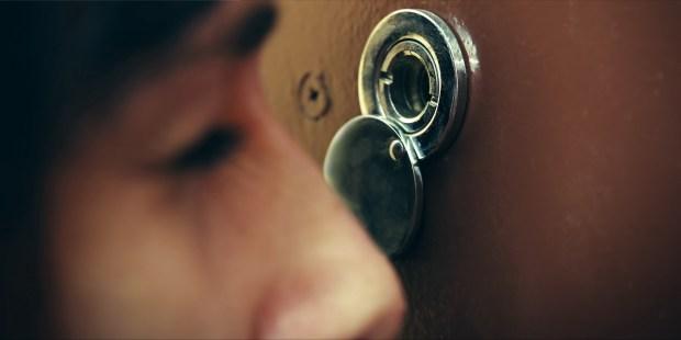 Regarder par la porte