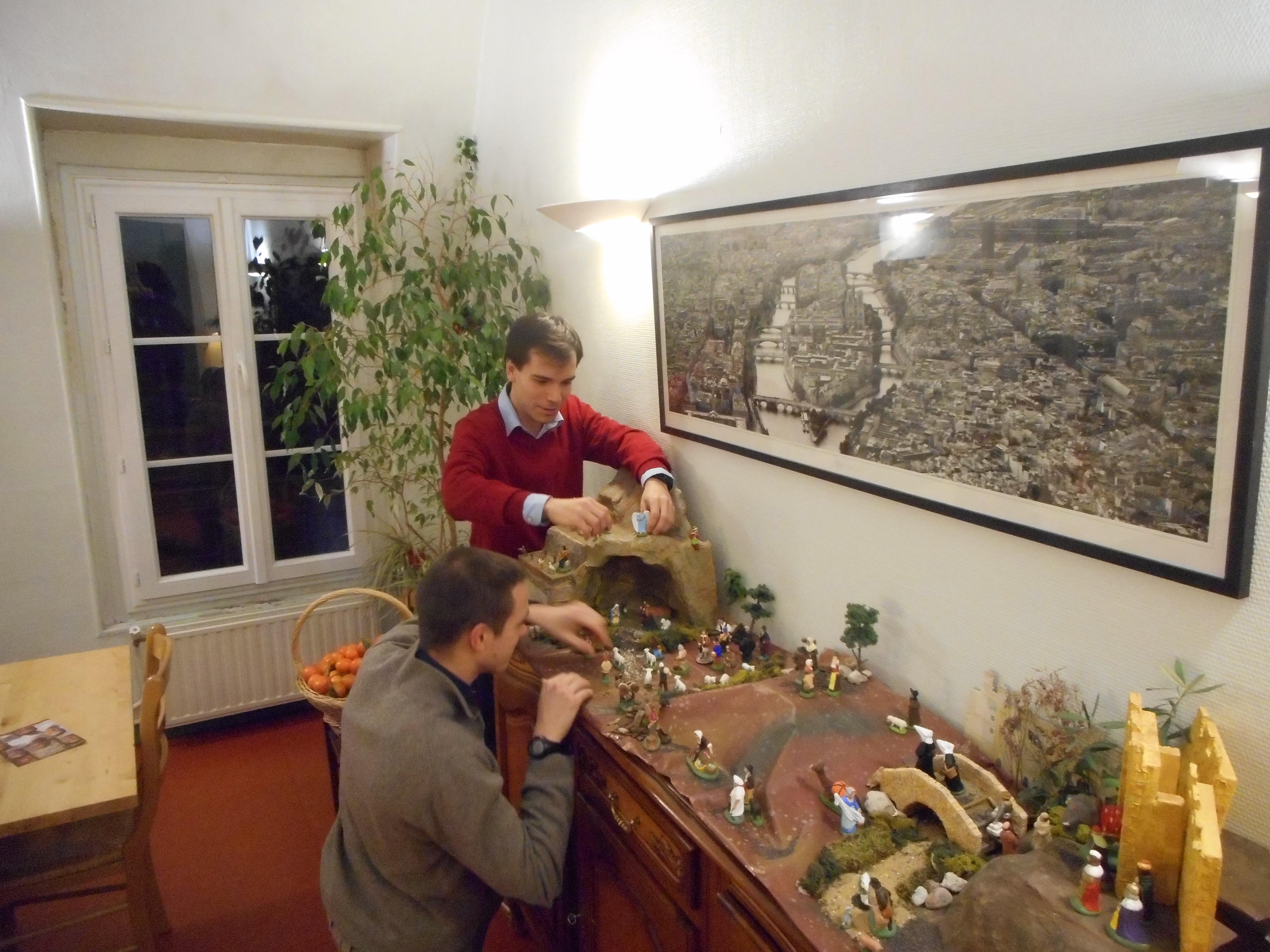 Séminaristes préparant la crèche de Noël