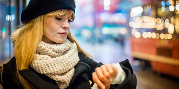 Jeune femme attendant le bus