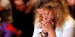 Jeune femme priant