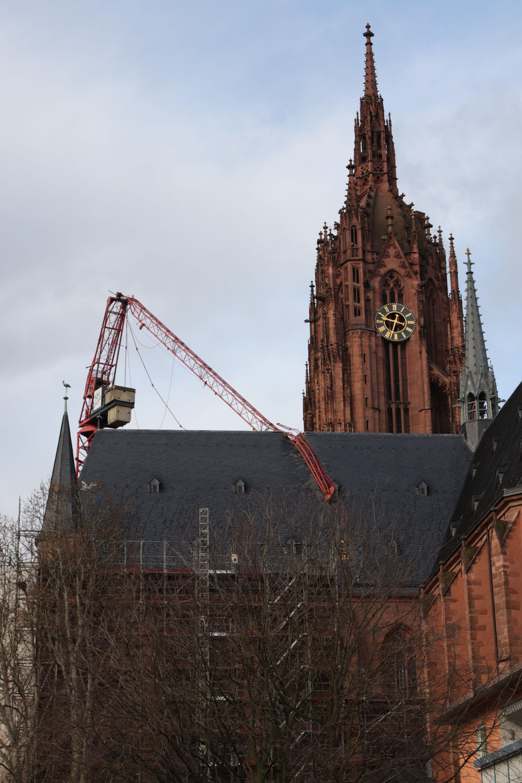 Une grue de chantier s'est effondrée sur le toit de la cathédrale de Francfort, en Allemagne.