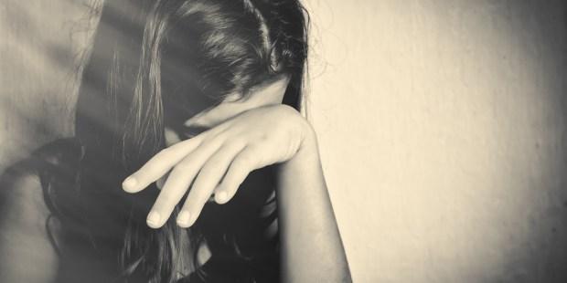 Adolescente pleure