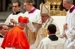 Le pape François remet la barrette de couleur pourpre au Card. Luis Francisco Ladaria Ferrer, préfet de la Congrégation pour la doctrine de la foi, le 28 juin 2018.