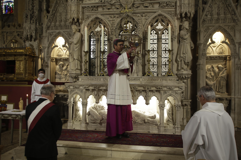 Mgr Pierre-Antoine Bozo brandit la relique du crâne de saint Martial