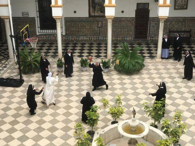 Les soeurs de ce couvent espagnol fabriquent 500 masques pas jour.