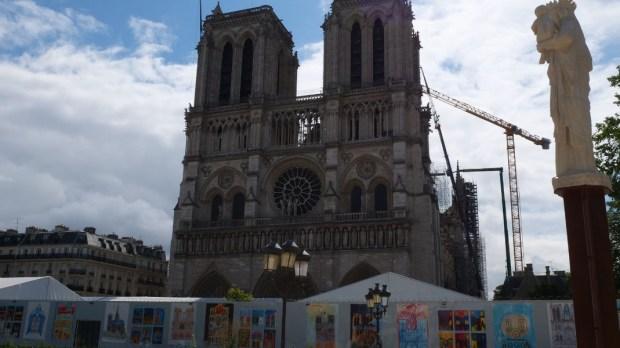 parvis de Notre-Dame.