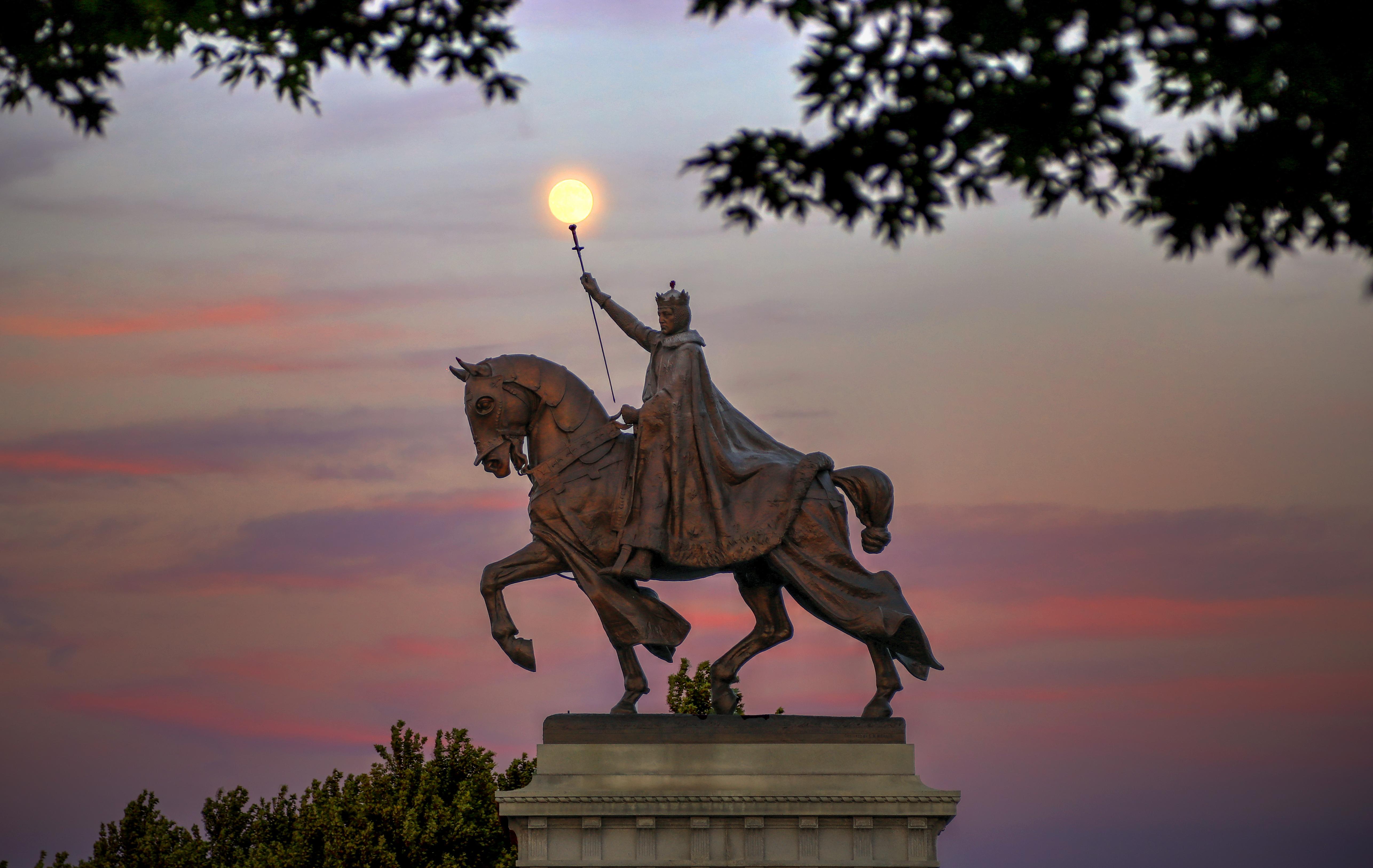 l'apothéose de la statue de Saint-Louis du roi Louis IX de France