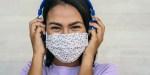 jeune fille avec un masque et des écouteurs