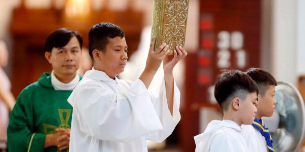 WEB2-VIETNAM-PRIEST-GODONG-VN105201A.jpg