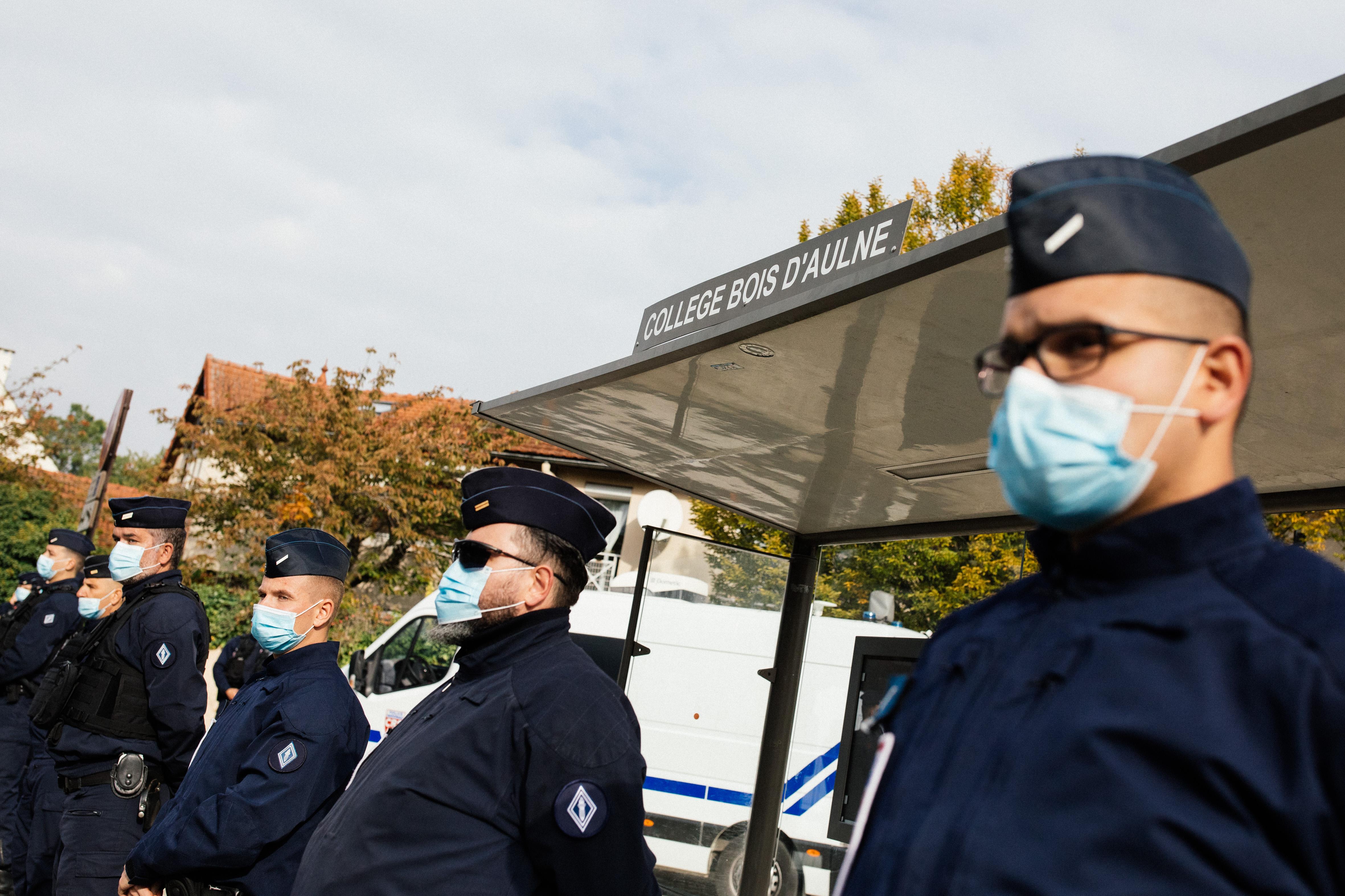 policiers devant le collège