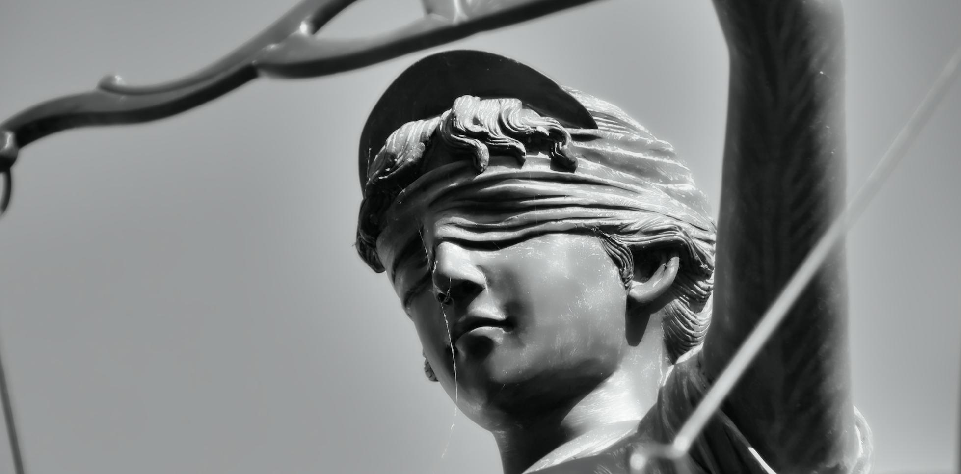 statue de femme les yeux bandés