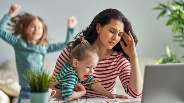 maman travaille à la maison avec ses enfants