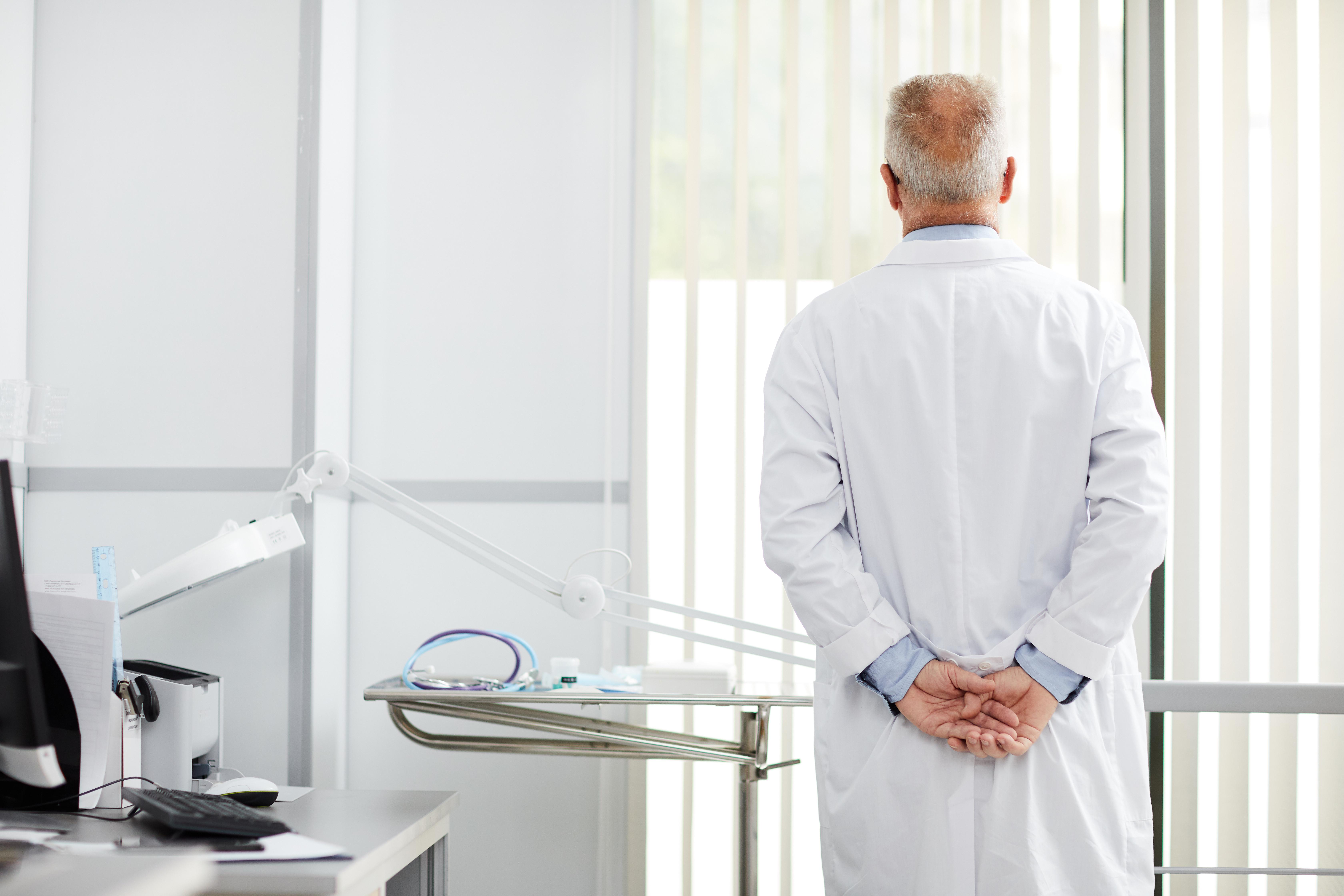 médecin pensif
