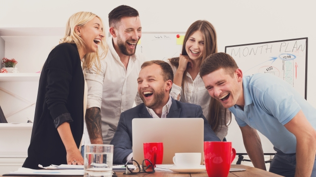 groupe qui se moque derrière un écran d'ordinateur