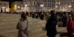 versaillais prient devant l'église saint louis à versailles