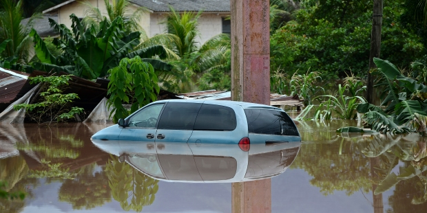 Voiture inondée par l'ouragan Eta au Honduras