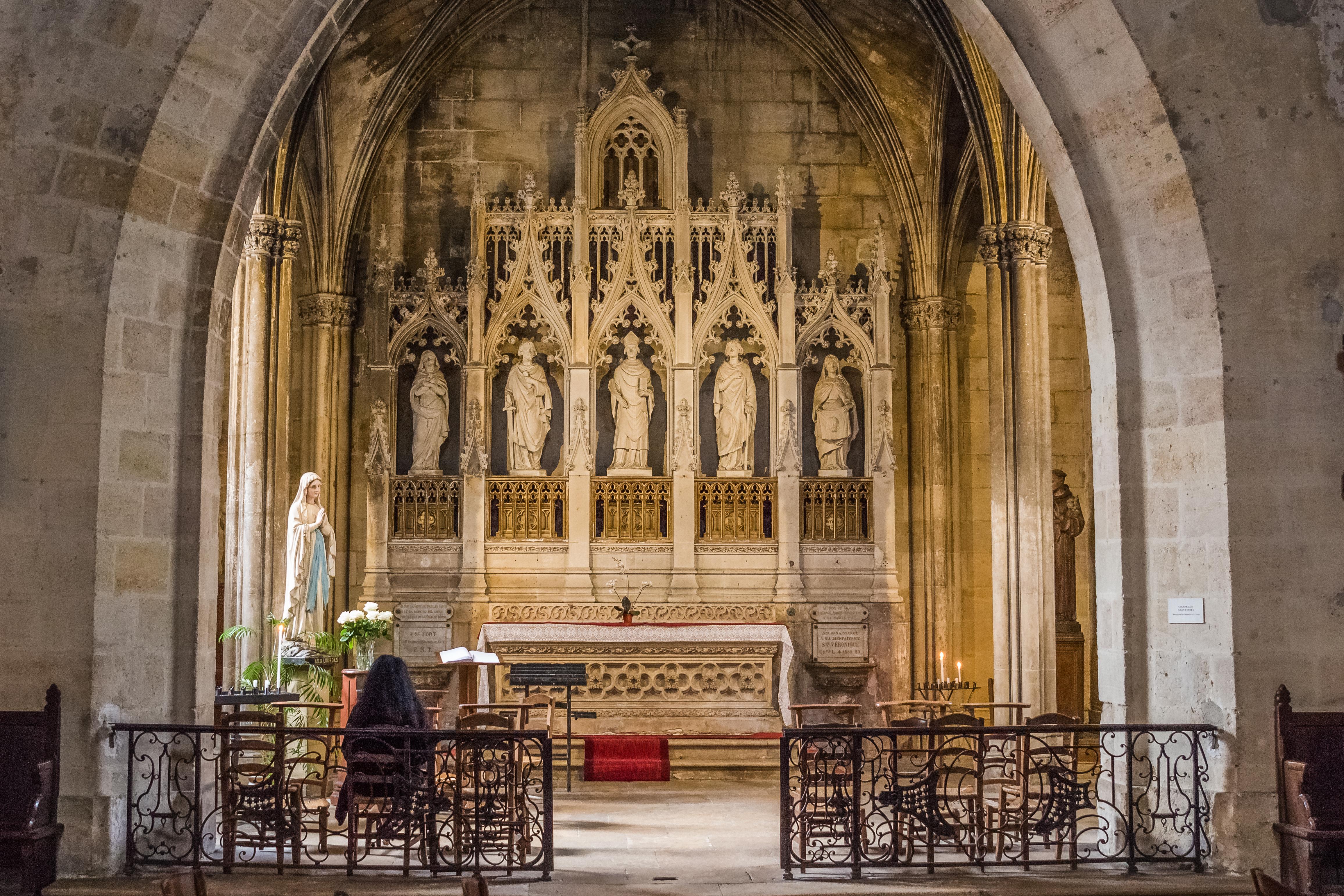 CONSIGNES PASTORALES RE CONFINEMENT: communion eucharistique et confessions possibles  SAINT-SEURIN-BORDEAUX-FRANCE-shutterstock_1009047898