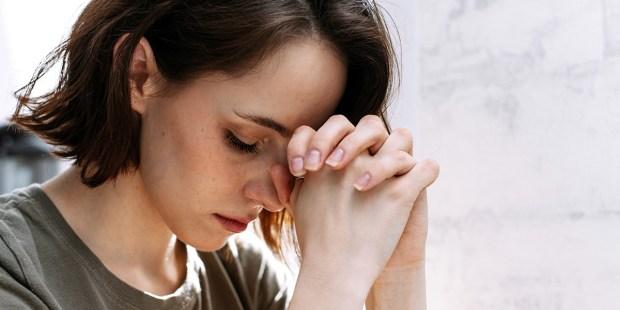 À lire sans faute : « Je ne ressens pas la présence de Dieu pendant la prière. Suis-je normal(e) ? » WEB3-WOMAN-PRAY-SPIRITUAL-shutterstock_1725220600