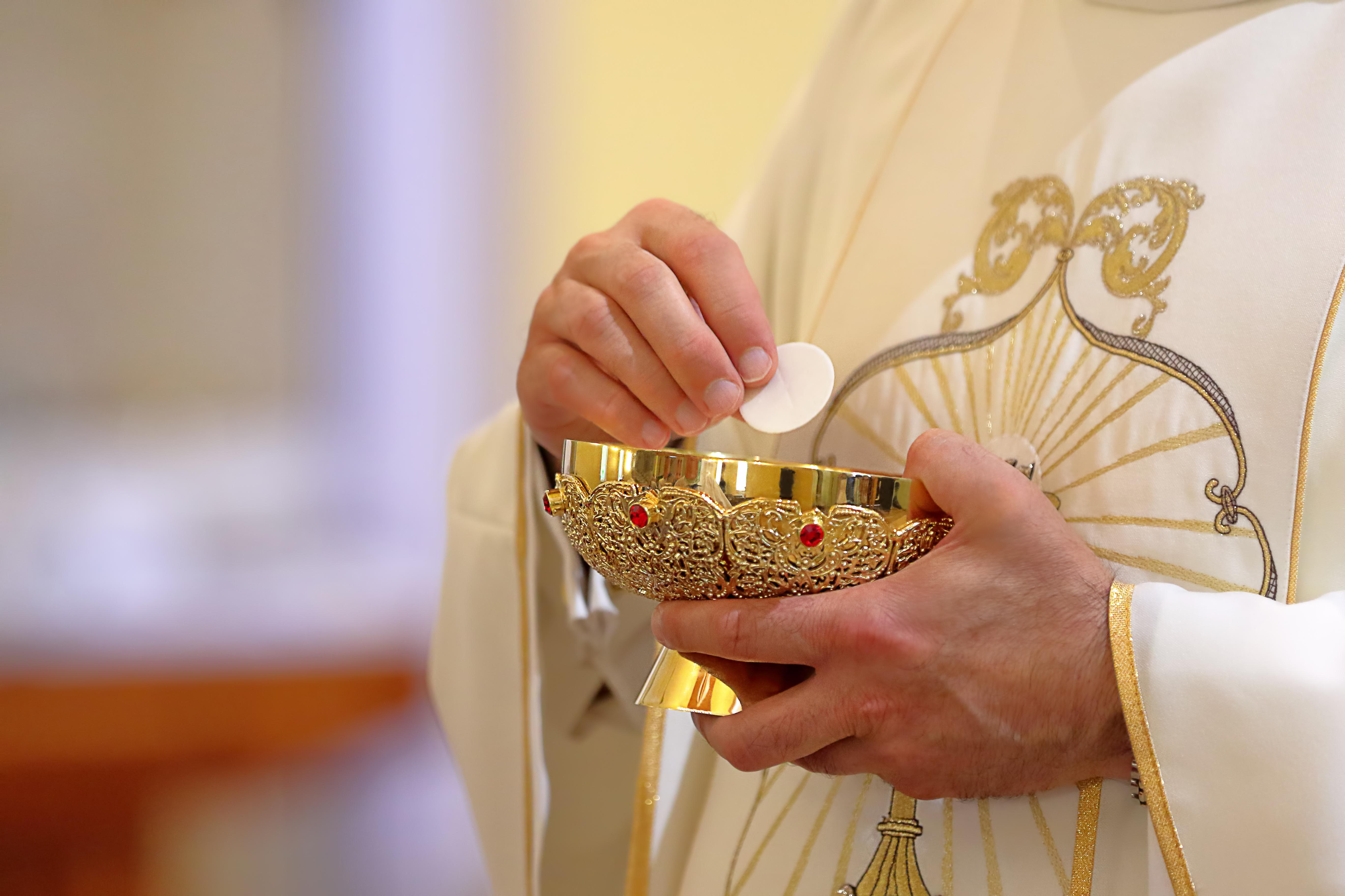 CONSIGNES PASTORALES RE CONFINEMENT: communion eucharistique et confessions possibles  Shutterstock_1775961929