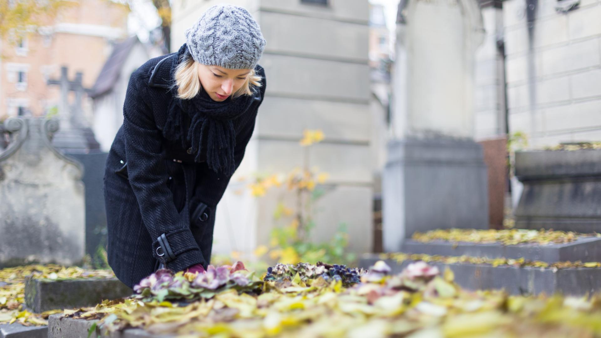 femme dans un cimetière