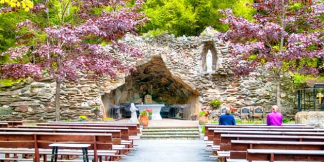 Du Brésil au Maroc, des répliques de la grotte de Lourdes dans le monde entier Grotte-de-Lourdes-Etats-Unis-Litchfiel-Connecticut-Shutterstock-Dan-Hanscom