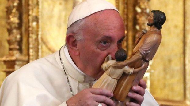 WEB3-POPE-FRANCIS-KISSES-SAINT-JOSEPH-000_XD38R-Alessandra-Tarantino-POOL-AFP.jpg