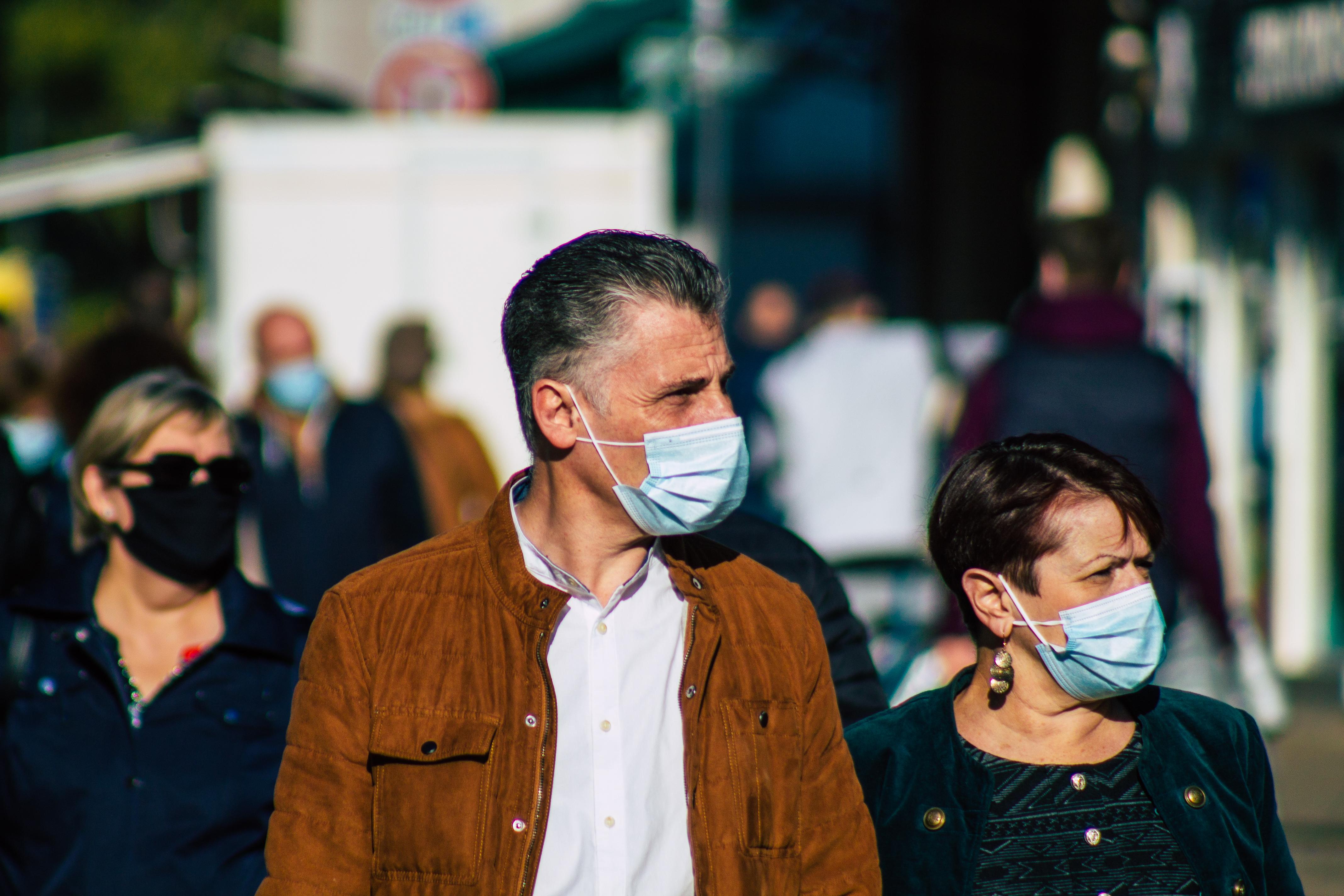 gens portant un masque