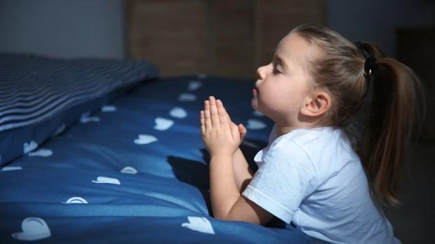enfant en train de prier
