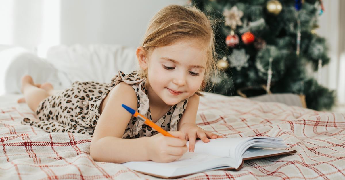 petite fille écrivant