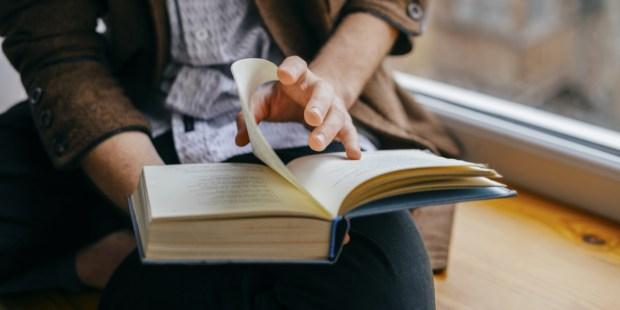 Femme lit un livre