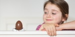 petite fille tentée par du chocolat