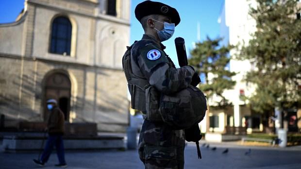 WEB2-SENTINELLE-MILITAIRE-TERRORISME-AFP-000_8UP3PL.jpg