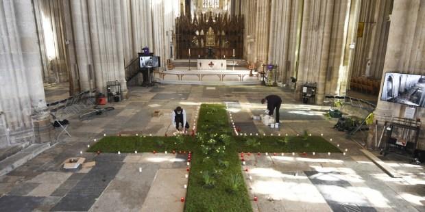 Une immense croix en fleurs pour les victimes du Covid-19