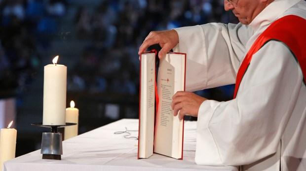 Diacre pendant la messe