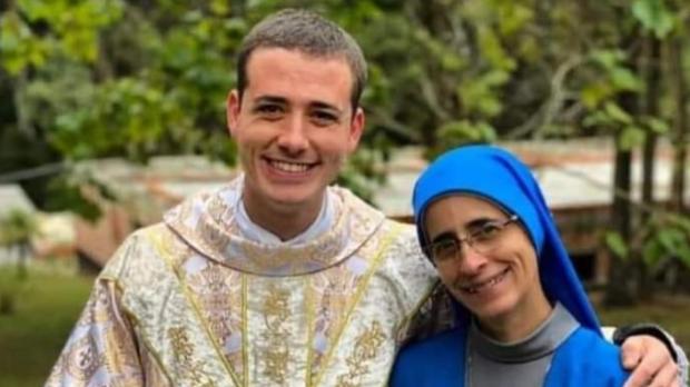 Père Jonas Magno de Oliveira et sa mère