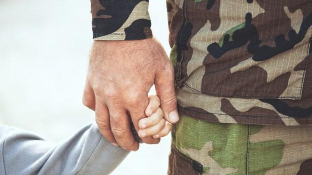 militaire avec son enfant