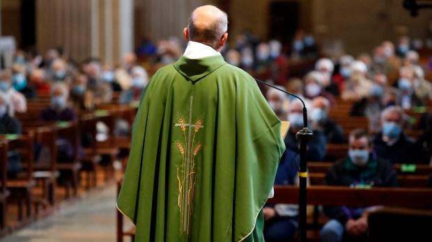 prêtre église paroissiens