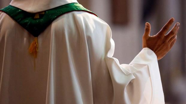 prêtre de dos